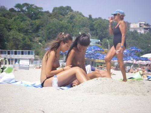 野外露出の聖地であるヌーディストビーチのエロ画像  No.8