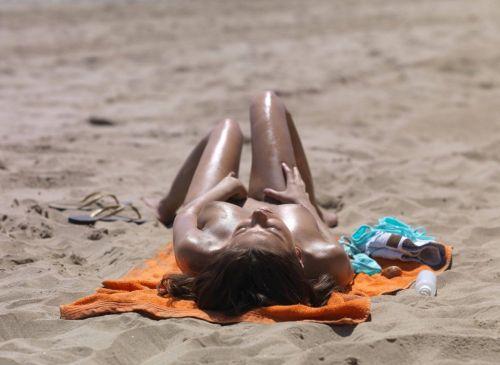 野外露出の聖地であるヌーディストビーチのエロ画像  No.12