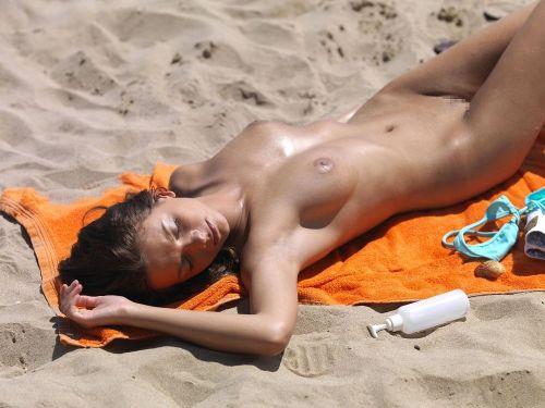 野外露出の聖地であるヌーディストビーチのエロ画像  No.26