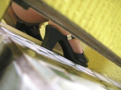 【女子トイレ盗撮お尻画像】和式便所を後方下から覗いた結果www 37枚 part.2 No.33