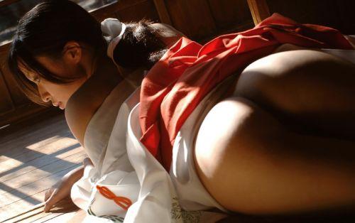 浴衣を着たままお尻を出しちゃってる女性達のエロ画像 36枚 No.15