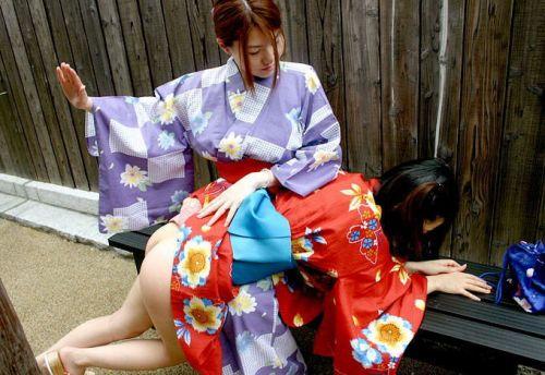 浴衣を着たままお尻を出しちゃってる女性達のエロ画像 36枚 No.31