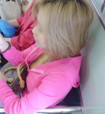 【画像】真上から盗撮余裕!電車の中で素人女性を胸チラ盗撮ww 35枚 No.13