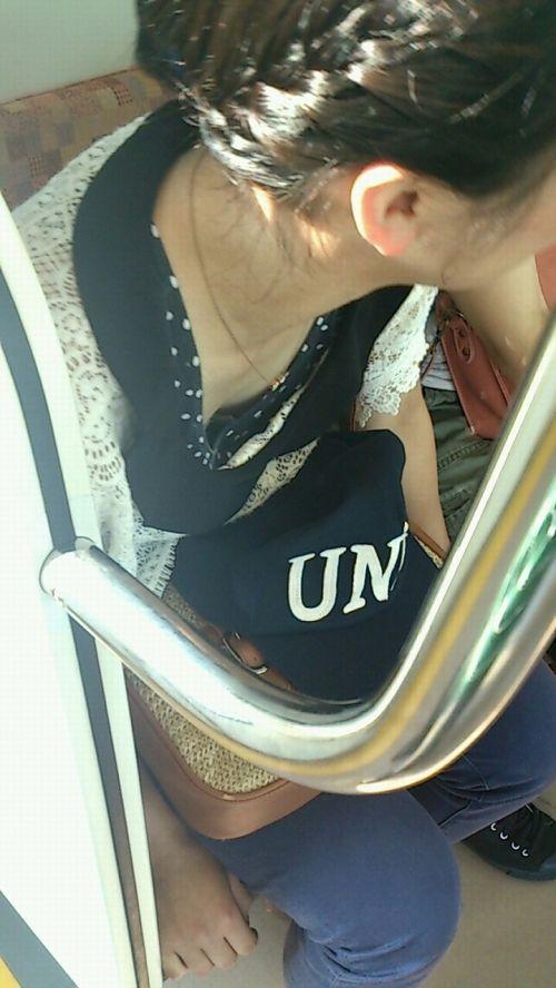 【画像】真上から盗撮余裕!電車の中で素人女性を胸チラ盗撮ww 35枚 No.20