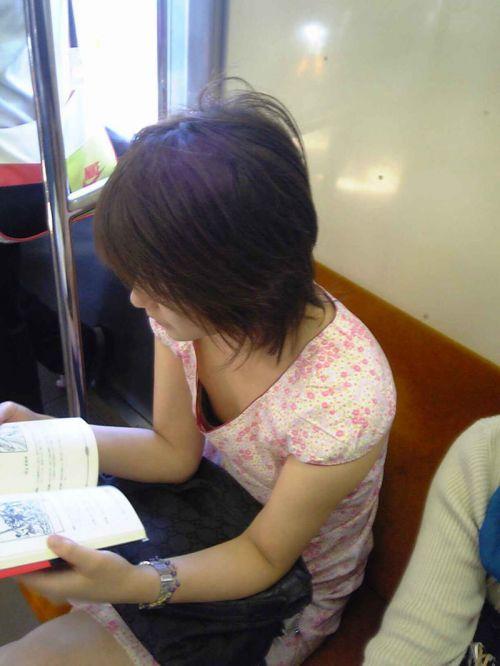 【画像】真上から盗撮余裕!電車の中で素人女性を胸チラ盗撮ww 35枚 No.21