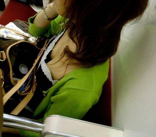 【画像】真上から盗撮余裕!電車の中で素人女性を胸チラ盗撮ww 35枚 No.23
