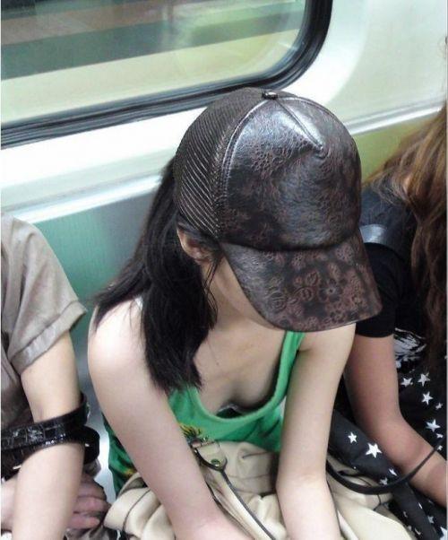 【画像】真上から盗撮余裕!電車の中で素人女性を胸チラ盗撮ww 35枚 No.26