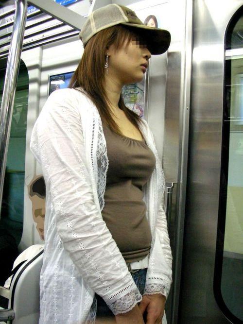 【画像】真上から盗撮余裕!電車の中で素人女性を胸チラ盗撮ww 35枚 No.27