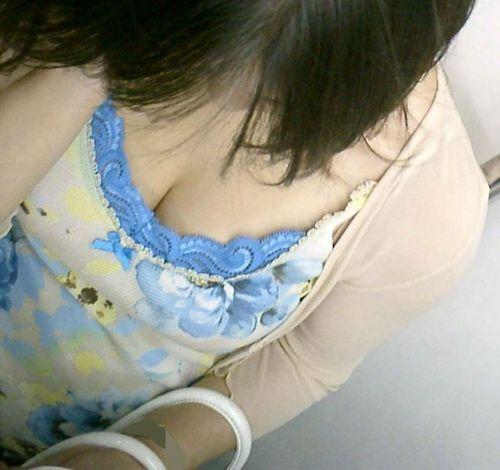 【画像】真上から盗撮余裕!電車の中で素人女性を胸チラ盗撮ww 35枚 No.28