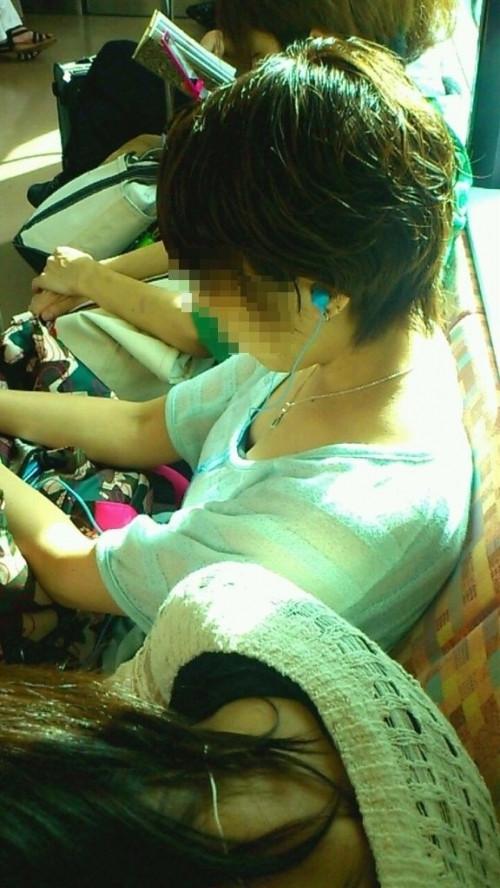 【画像】真上から盗撮余裕!電車の中で素人女性を胸チラ盗撮ww 35枚 No.30