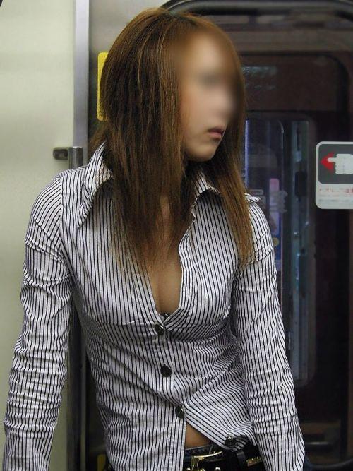 【画像】真上から盗撮余裕!電車の中で素人女性を胸チラ盗撮ww 35枚 No.31