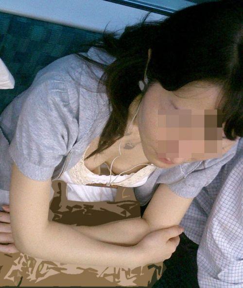 【画像】真上から盗撮余裕!電車の中で素人女性を胸チラ盗撮ww 35枚 No.33
