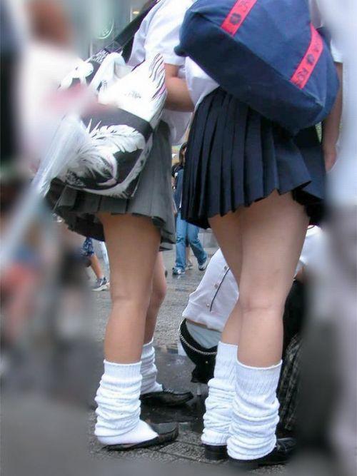 ルーズソックスを履いた女子校生のフレッシュな太もものエロ画像 No.6