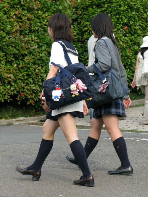 ルーズソックスを履いた女子校生のフレッシュな太もものエロ画像 No.7