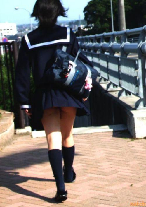 ルーズソックスを履いた女子校生のフレッシュな太もものエロ画像 No.12