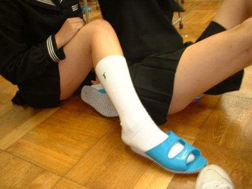 ルーズソックスを履いた女子校生のフレッシュな太もものエロ画像 No.32