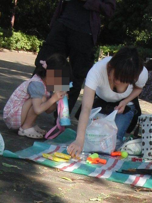 【画像】おっぱいが大きなギャルママの胸チラを盗撮したった! 44枚 No.7