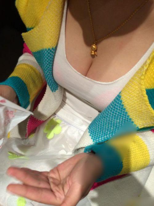 【画像】おっぱいが大きなギャルママの胸チラを盗撮したった! 44枚 No.11