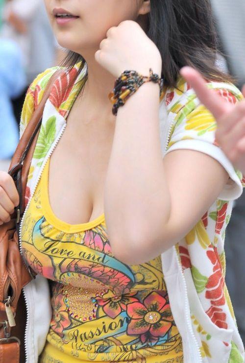 【画像】おっぱいが大きなギャルママの胸チラを盗撮したった! 44枚 No.18