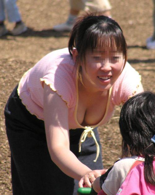 【画像】おっぱいが大きなギャルママの胸チラを盗撮したった! 44枚 No.27