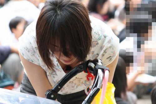 【画像】おっぱいが大きなギャルママの胸チラを盗撮したった! 44枚 No.39
