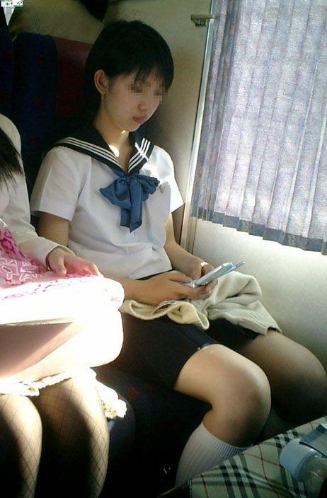 電車で座ってるJKのエッチな太ももを楽しむ盗撮画像見ちゃう? 36枚 part.12 No.2