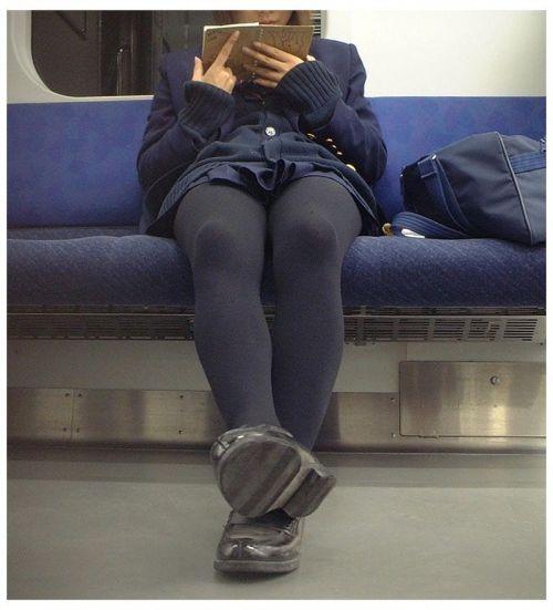 電車で座ってるJKのエッチな太ももを楽しむ盗撮画像見ちゃう? 36枚 part.12 No.12