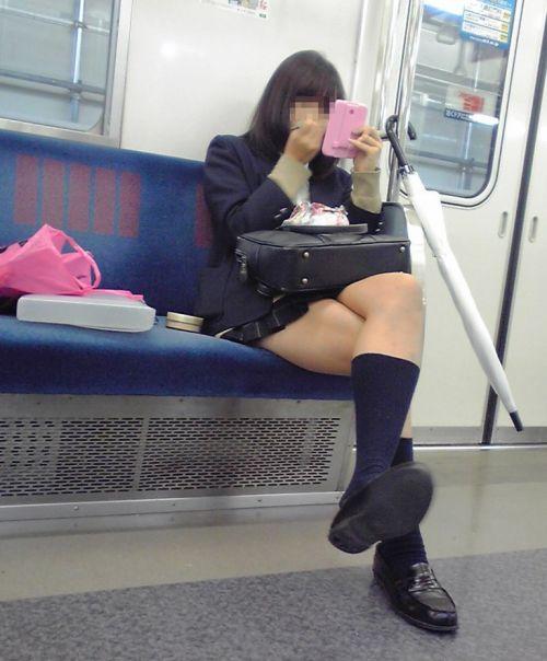 電車で座ってるJKのエッチな太ももを楽しむ盗撮画像見ちゃう? 36枚 part.12 No.13