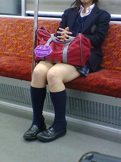 電車で座ってるJKのエッチな太ももを楽しむ盗撮画像見ちゃう? 36枚 part.12 No.15
