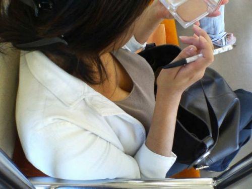 【※勃起注意】電車の中での胸チラが正直見えすぎ!盗撮画像 35枚 No.1