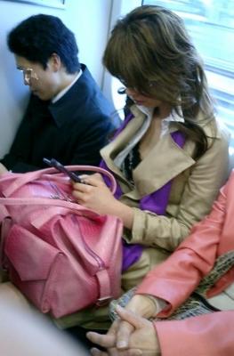 【※勃起注意】電車の中での胸チラが正直見えすぎ!盗撮画像 35枚 No.3