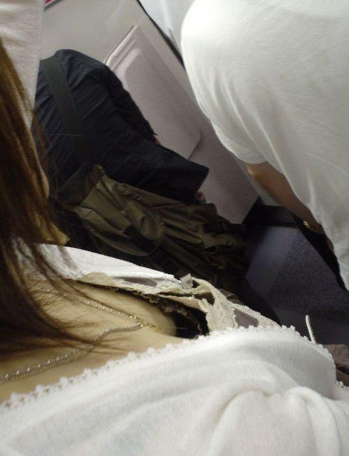 【※勃起注意】電車の中での胸チラが正直見えすぎ!盗撮画像 35枚 No.4