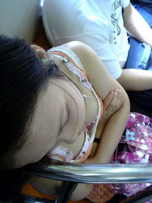 【※勃起注意】電車の中での胸チラが正直見えすぎ!盗撮画像 35枚 No.5