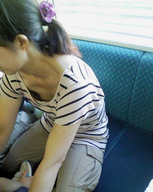 【※勃起注意】電車の中での胸チラが正直見えすぎ!盗撮画像 35枚 No.10