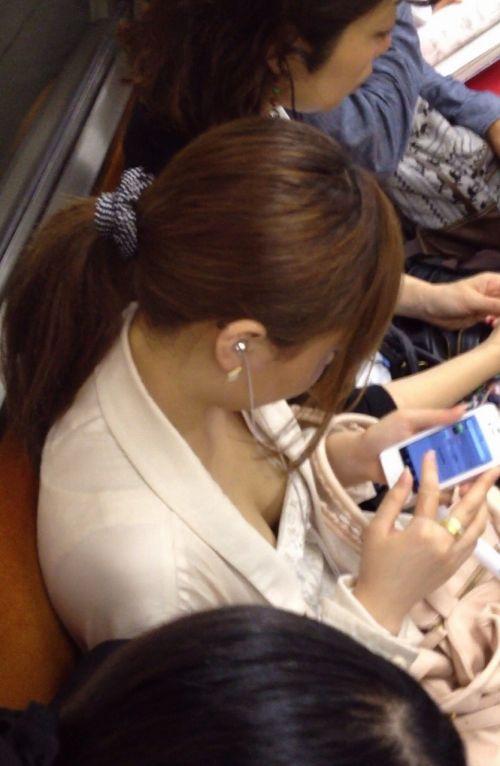 【※勃起注意】電車の中での胸チラが正直見えすぎ!盗撮画像 35枚 No.17