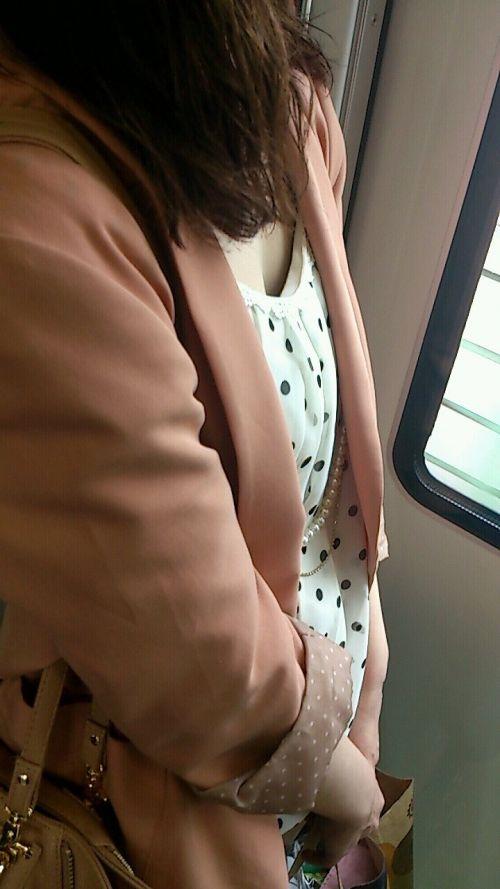 【※勃起注意】電車の中での胸チラが正直見えすぎ!盗撮画像 35枚 No.20
