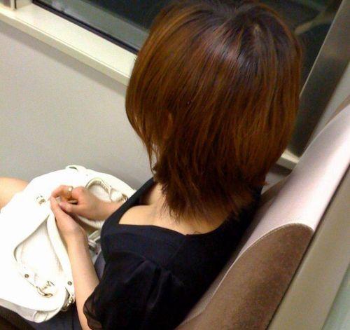 【※勃起注意】電車の中での胸チラが正直見えすぎ!盗撮画像 35枚 No.25