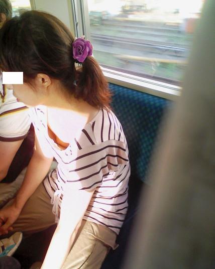 【※勃起注意】電車の中での胸チラが正直見えすぎ!盗撮画像 35枚 No.26