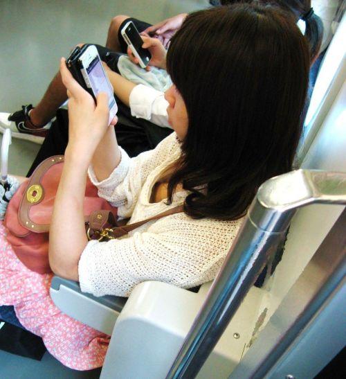 【※勃起注意】電車の中での胸チラが正直見えすぎ!盗撮画像 35枚 No.27