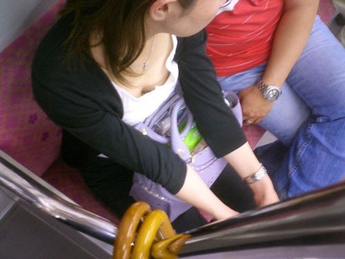 【※勃起注意】電車の中での胸チラが正直見えすぎ!盗撮画像 35枚 No.31