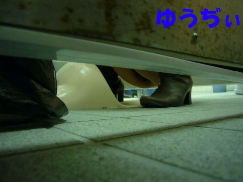 【画像】和式トイレで盗撮したOLお姉さんのまんこ周りがエロ過ぎる 35枚 No.4