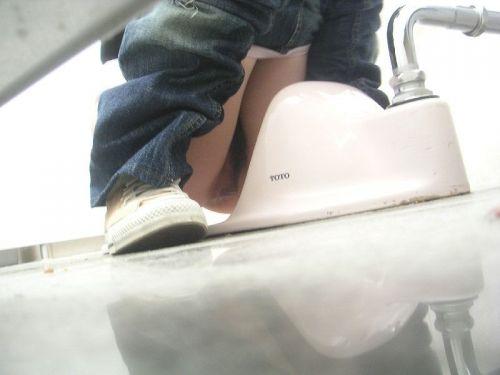 【画像】和式トイレで盗撮したOLお姉さんのまんこ周りがエロ過ぎる 35枚 No.6