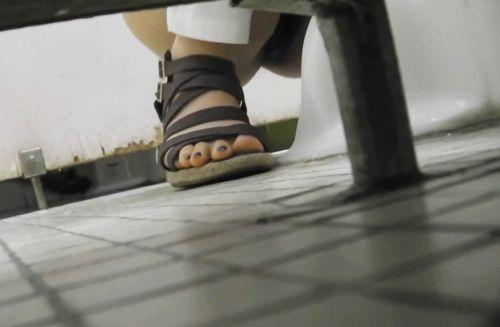 【画像】和式トイレで盗撮したOLお姉さんのまんこ周りがエロ過ぎる 35枚 No.21