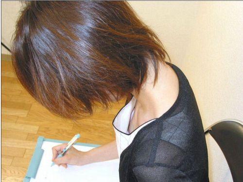 【画像】貧乳美女が胸元浮いちゃって胸チラで乳首見えてるんだがww 39枚 No.29