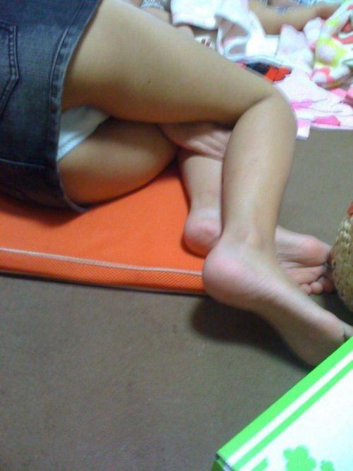 【画像】寝てる女の子がパンツ丸出しだったので盗撮したったwww 36枚 No.7