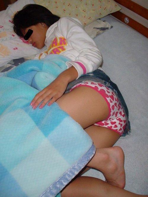 【画像】寝てる女の子がパンツ丸出しだったので盗撮したったwww 36枚 No.20
