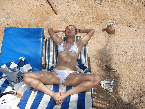 おっぱいとマンスジがエロ過ぎるビーチの盗撮画像 41枚 No.6