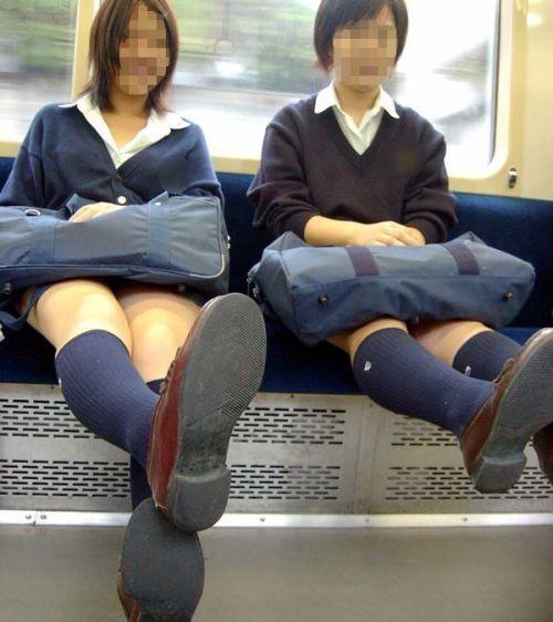 電車の中でJKの美脚太ももやパンチラをじっくり盗撮エロ画像 37枚 No.2