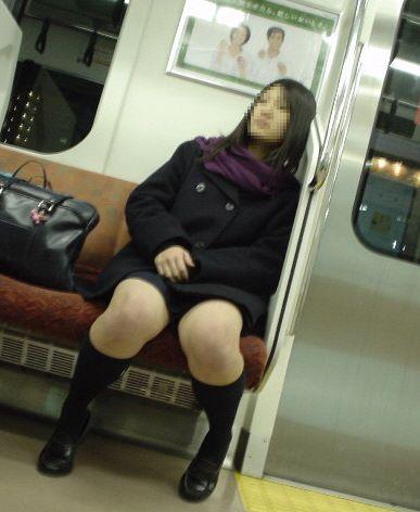 電車の中でJKの美脚太ももやパンチラをじっくり盗撮エロ画像 37枚 No.5