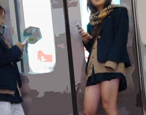 電車の中でJKの美脚太ももやパンチラをじっくり盗撮エロ画像 37枚 No.10